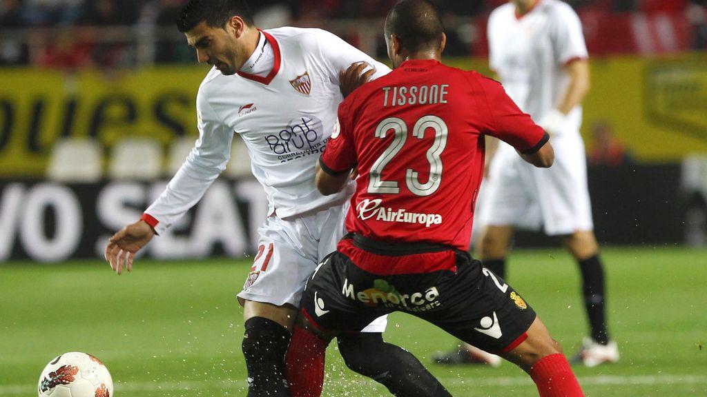 José Antonio Reyes trata de escapar del centrocampista argentino Fernando Tissone