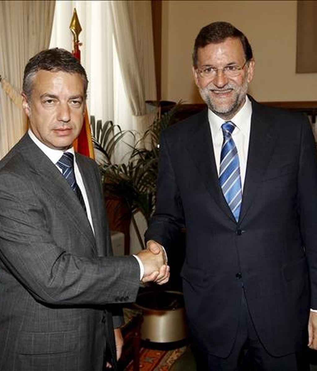 El presidente del PP, Mariano Rajoy (d), y el líder del PNV, Iñigo Urkullu, se saludan momentos antes de mantener, hoy en el Congreso, su primera reunión de carácter oficial con el objetivo de normalizar los vínculos entre ambos partidos tras las tensas relaciones que han mantenido durante años. EFE