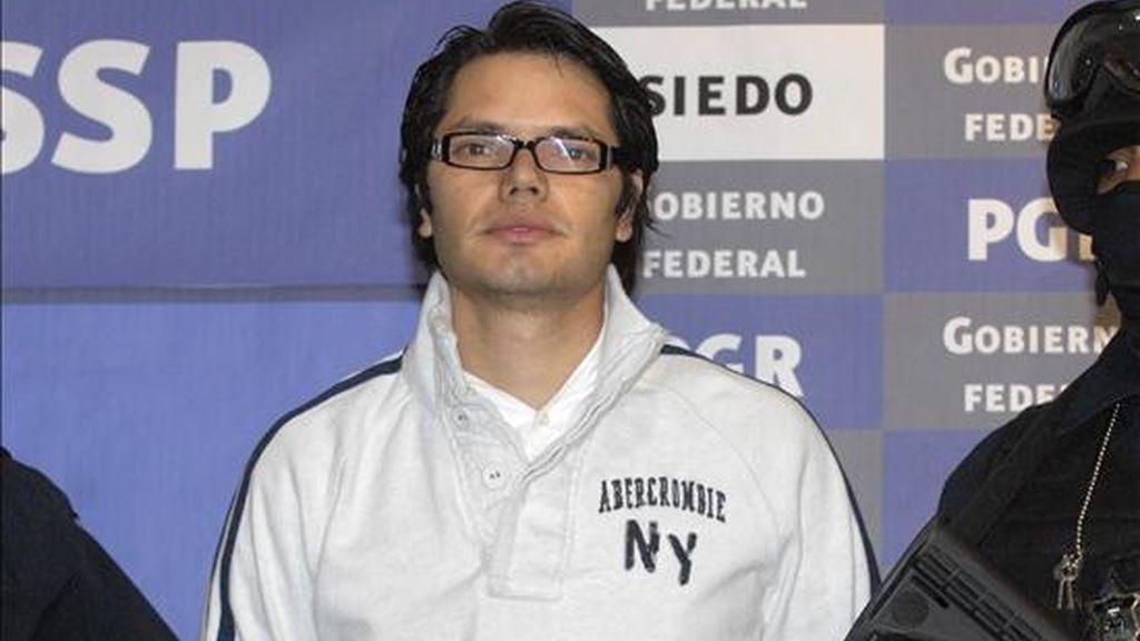 Miembros de las fuerzas de seguridad presentan al presunto narcotraficante Vicente Carrillo Leyva, del cártel de Juárez. Fuentes de la Procuraduría General de la República (PGR) y de la Policía Federal Preventiva (PFP) informaron en rueda de prensa los detalles de la detención del narcotraficante de 32 años, por quien el Gobierno ofrecía una millonaria recompensa de 30 millones de pesos (2,1 millones de dólares) desde el pasado 23 de marzo. EFE