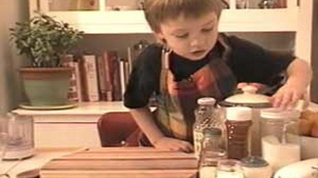 Julian en la cocina donde graba sus programas de cocina.