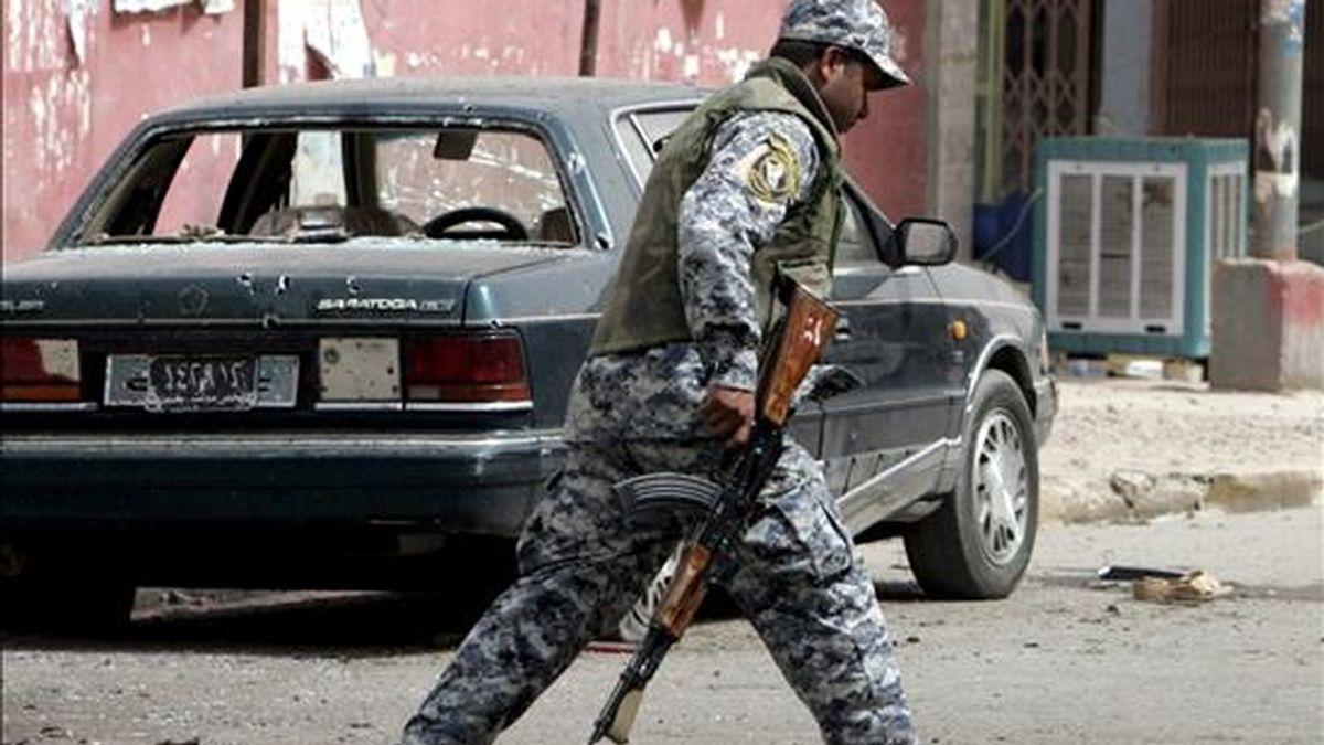 Un oficial de la policía iraquí camina en una zona en la que sucedió un atentado suicida en el distrito de Dura, en Bagdad. EFE/Archivo