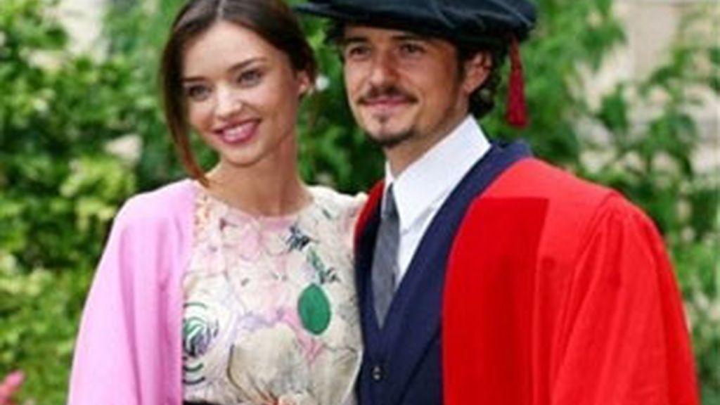 La pareja posa después de que Orlando recibiera un título honorífico de la Universidad de Kent el pasado 13 de julio. Foto: AP