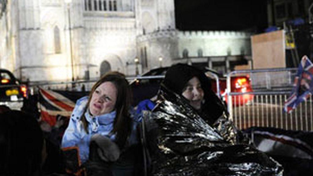 Seguidores de la realeza acampan en las afueras de la abadía Westminster. Foto: EFE