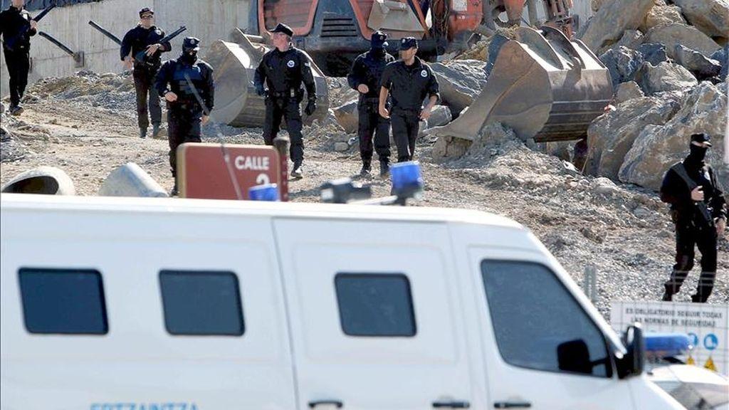 Agentes de la Ertzaintza buscando a los atracadores que han logrado escapar. EFE