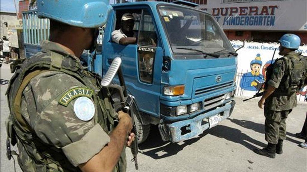 Soldados de la MINUSTAH (Misión de Estabilización de las Naciones Unidas para Haití) en la zona de Cite Militaire de la capital haitiana, Puerto Príncipe. EFE/Archivo