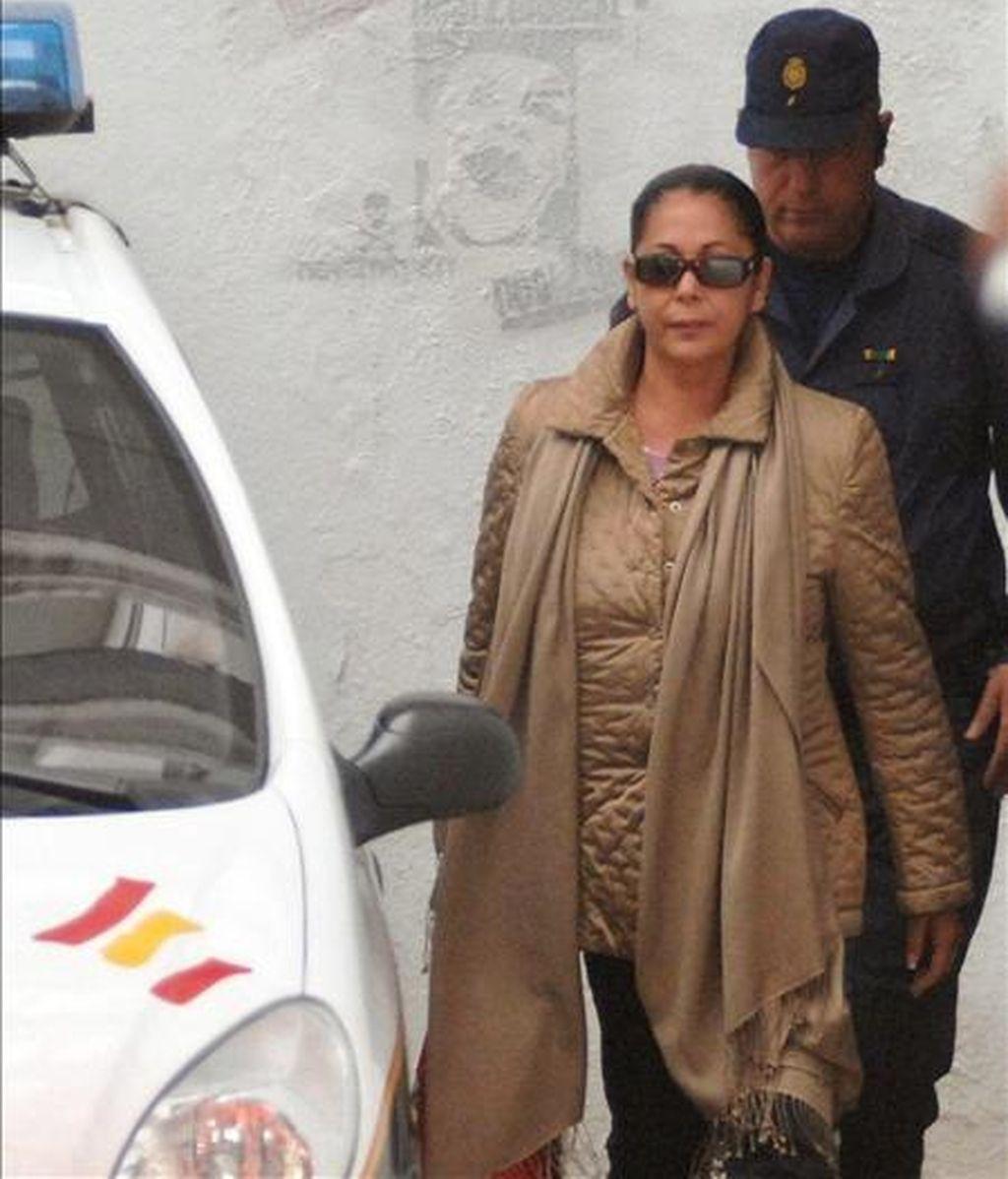Imagen de archivo del año 2007 de la tonadillera Isabel Pantoja a la salida de los juzgados de Marbella. EFE/Archivo