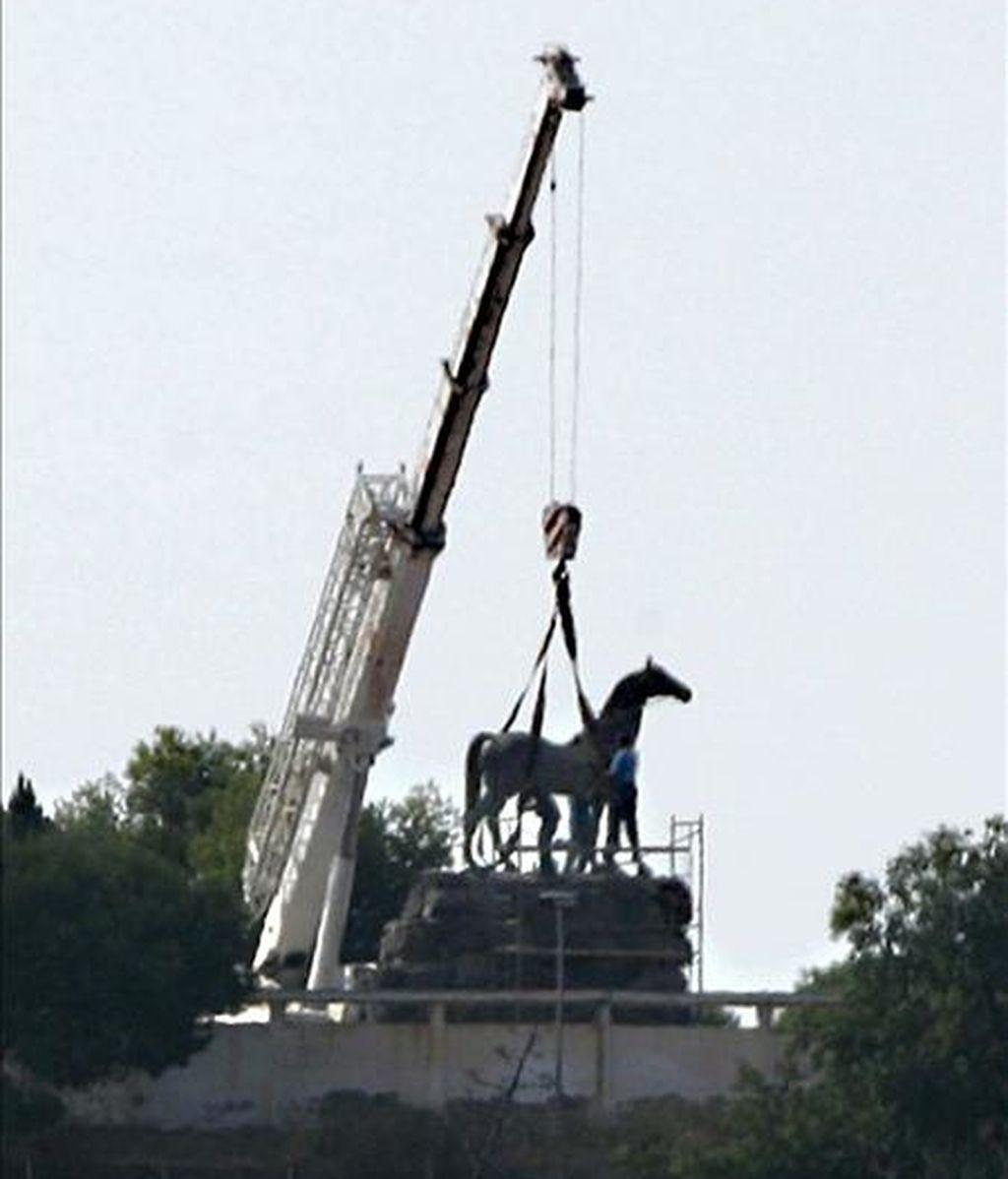 Una estatua ecuestre de Francisco Franco, la última del dictador montado a caballo que quedaba expuesta en España, fue retirada hoy del lugar donde permanecía, en el interior de un cuartel de la Legión, en Melilla. EFE