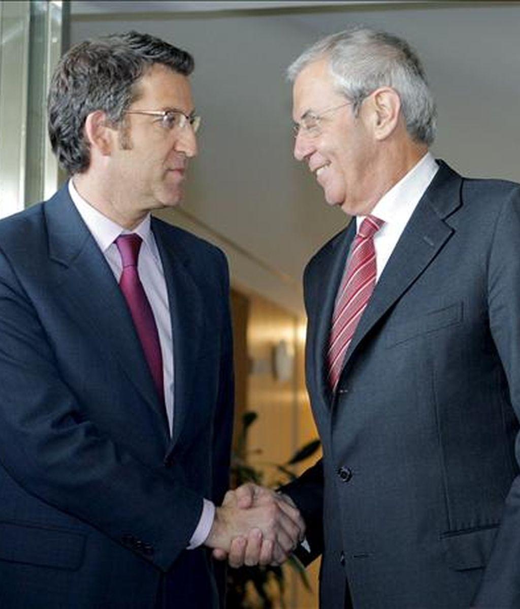El presidente de la Xunta en funciones, Emilio Pérez Touriño (dcha), y el presidente electo, Alberto Núñez Feijoo, se saludan a la entrada de la residencia oficial de Monte Pío, al inicio de la reunión que mantuvieron para analizar el traspaso de poderes. EFE