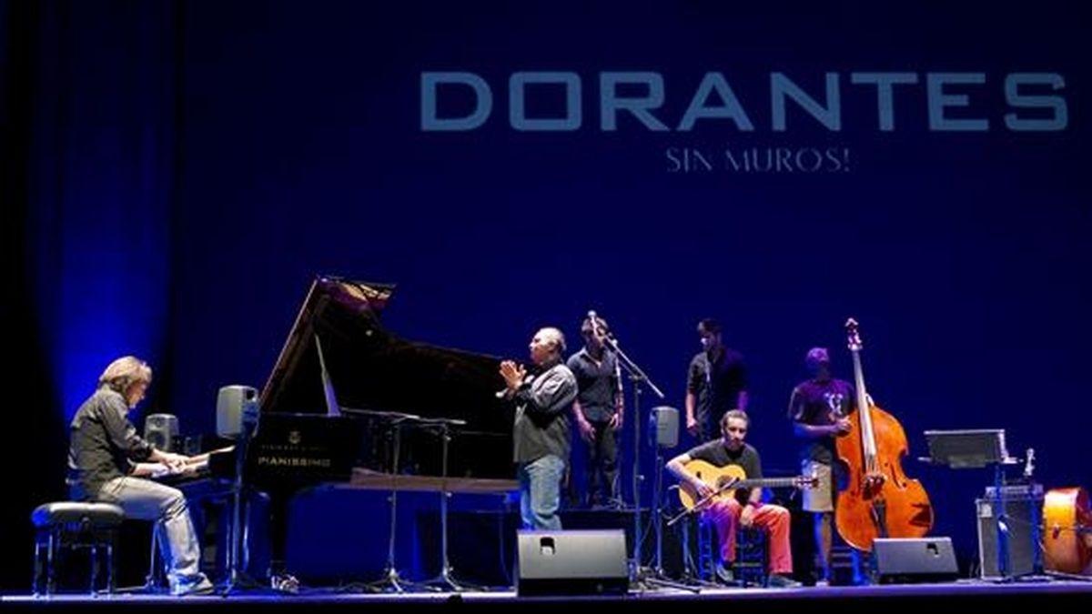 """El pianista flamenco David Peña"""" Dorantes"""" (i) junto al cantaor cordobés, Manuel Moreno """" el Pele"""" (c) durante un pase gráfico momentos antes de la inauguración en el Teatro de la Maestranza, dentro de la Bienal de Flamenco de Sevilla, del espectáculo """"Sin Muros"""". EFE"""