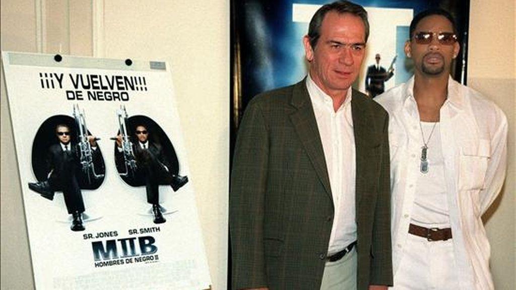 En la imagen los actores estadounidenses Tommy Lee Jones (i), y Will Smith, durante la presentación  de la segunda entrega de 'Hombres de Negro'. EFE/Archivo