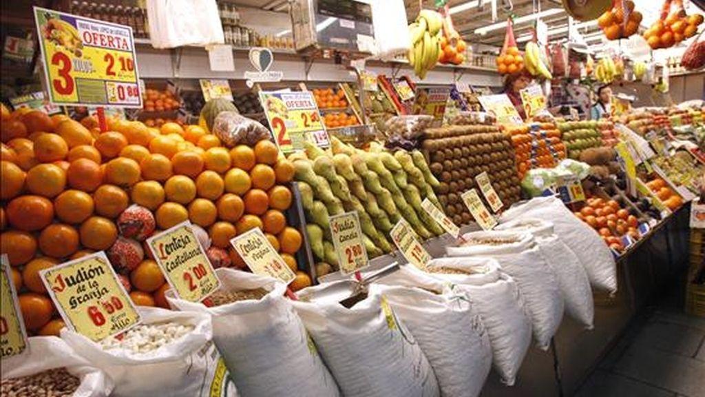 Vista de algunos de los productos que se ofrecen en una frutería de un mercado madrileño. EFE/Archivo