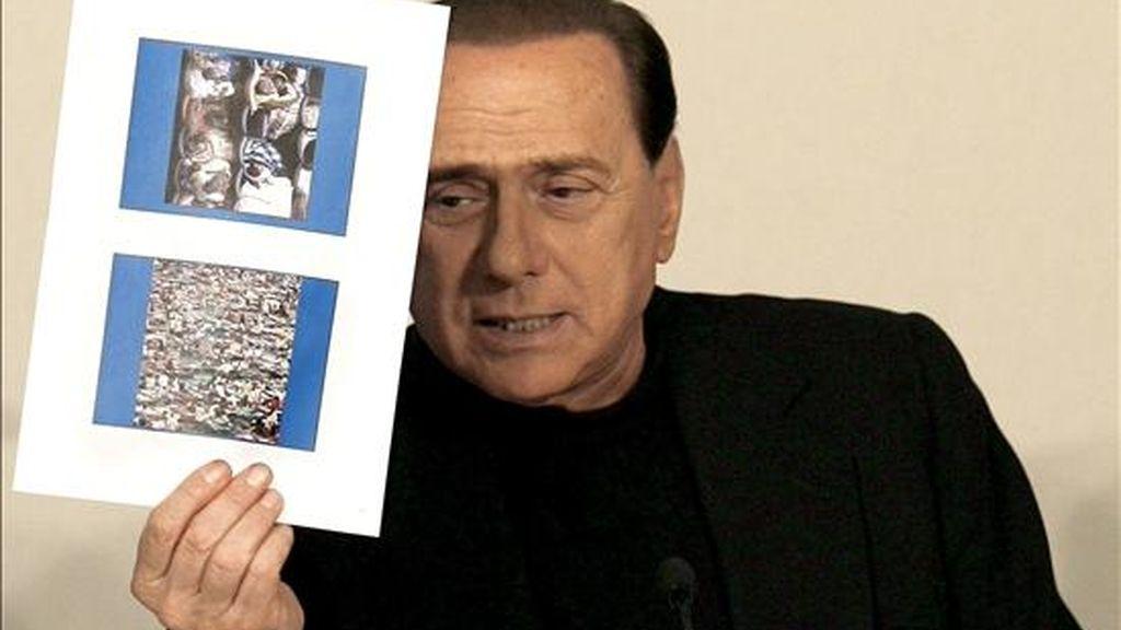 El primer ministro de Italia, Silvio Berlusconi, durante la rueda de prensa ofrecida hoy en Coppito, cerca de L'Aquila. EFE