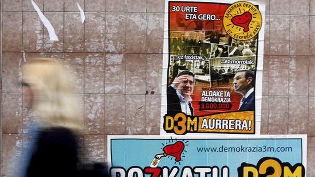 Otros carteles con amenazas pegados en Soraluze el pasado mes de febrero. EFE/Archivo