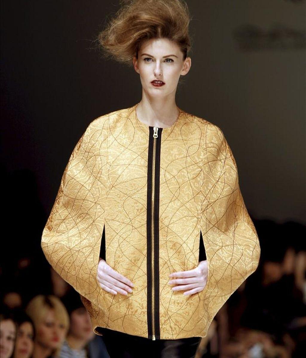 """Una modelo luce una de las creaciones de la colección otoño-invierno 2011-12 del diseñador Higinio Mateu, en la segunda jornada de la """"Valencia Fashion Week"""". EFE"""
