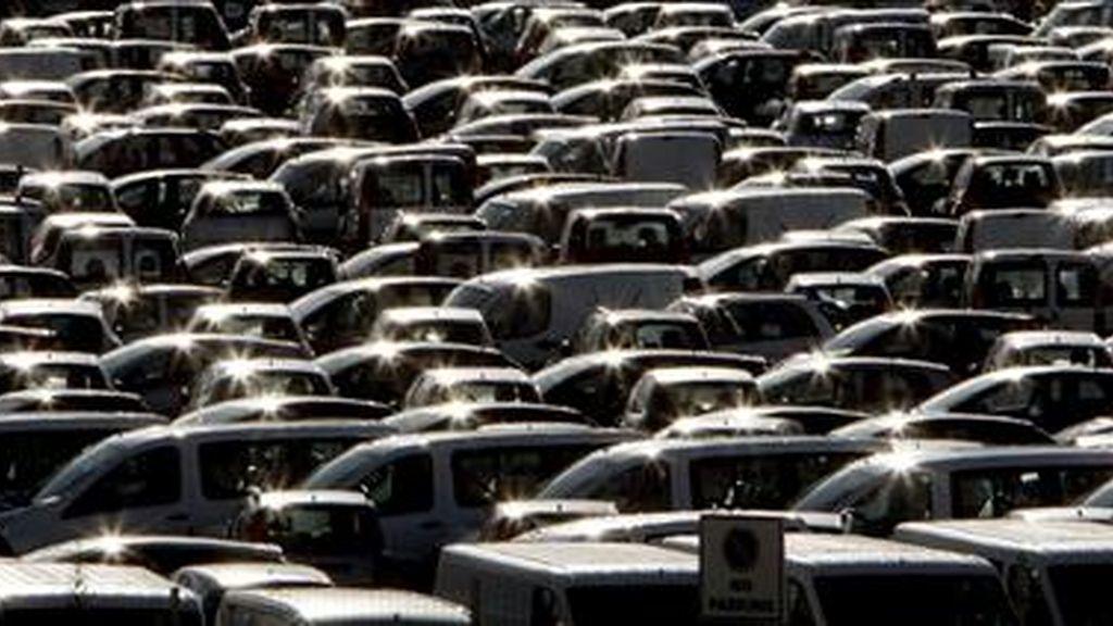 Vehículos almacenados a la espera de que la demanda suba. EFE/Archivo