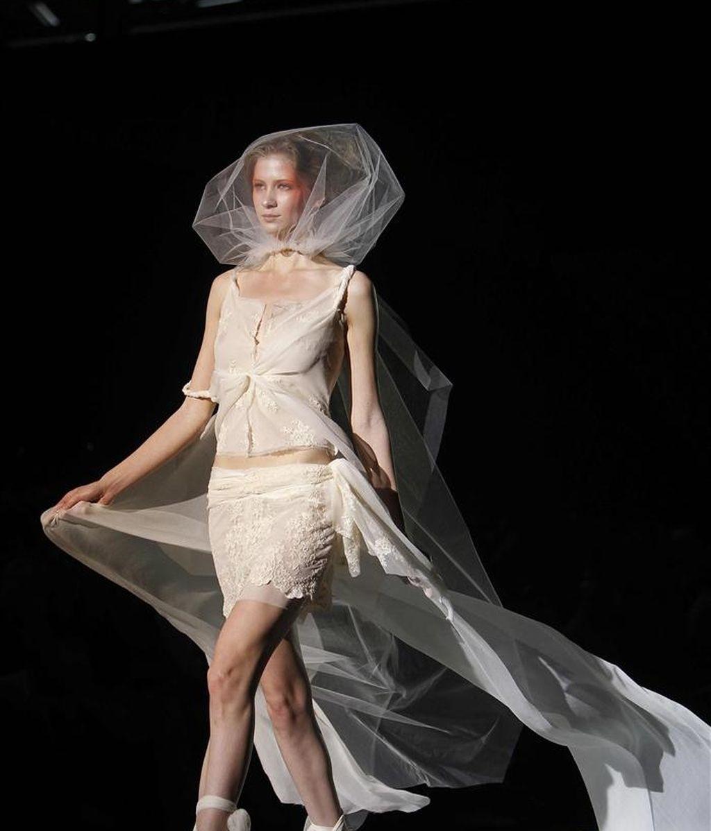 Una modelo nos muestra un vestido nupcial del diseñador Raimon Bundo, durante el pase de su colección esta mañana en la tercera jornada de la Pasarela Gaudí Novias que se celebra en Barcelona. EFE