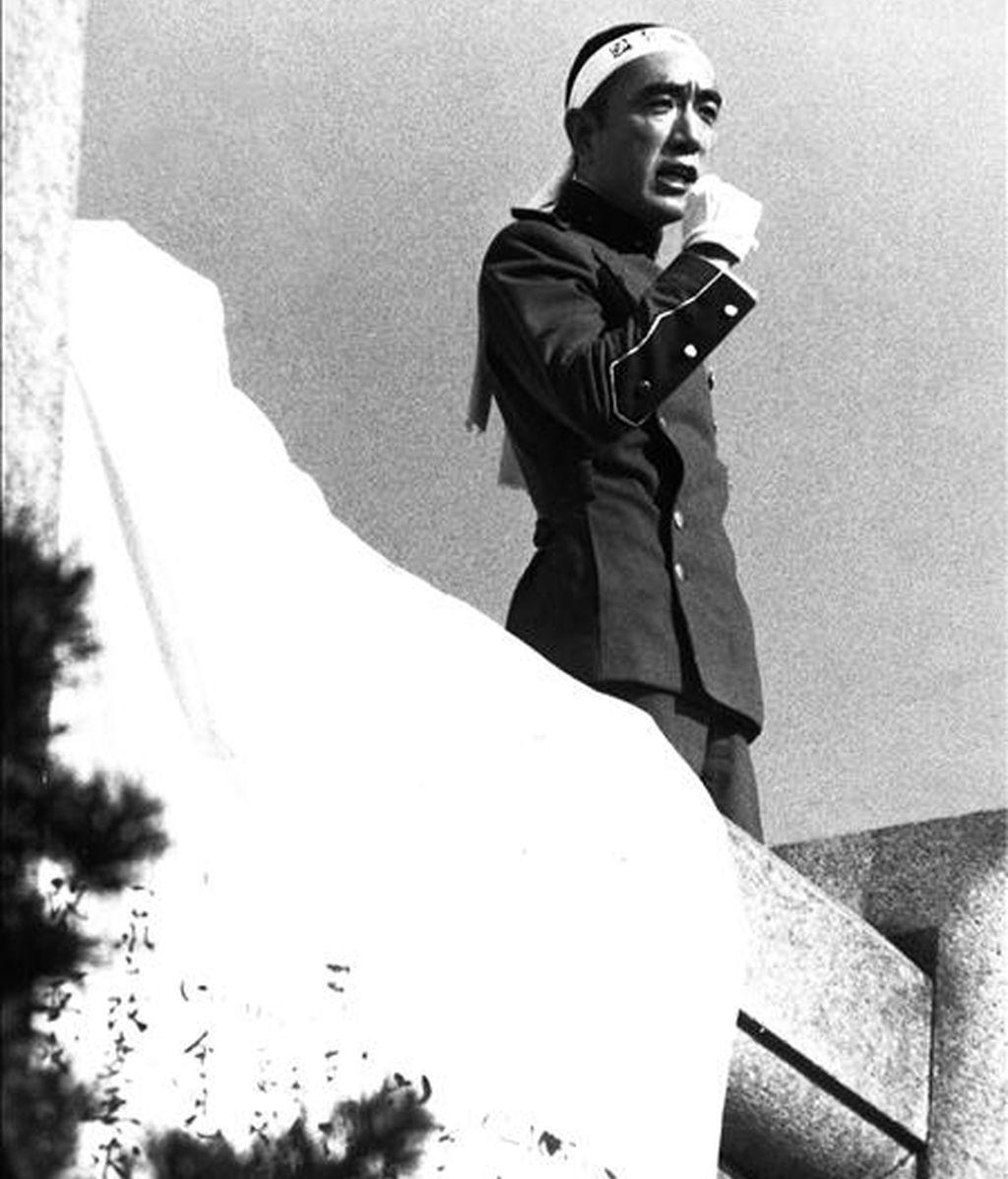"""Fotografía fechada en Tokio, el 25 de noviembre de 1970, del novelista japonéas, Yukio Mishima dirige la palabra a los miembros de la Fuerza de Defensa, dependiente del Ejército Oriental, en el Cuartel de Ichigaya, poco antes de que él y su seguidor Hisso Morita, se hicieran el """"harakiri"""". EFE/Archivo"""