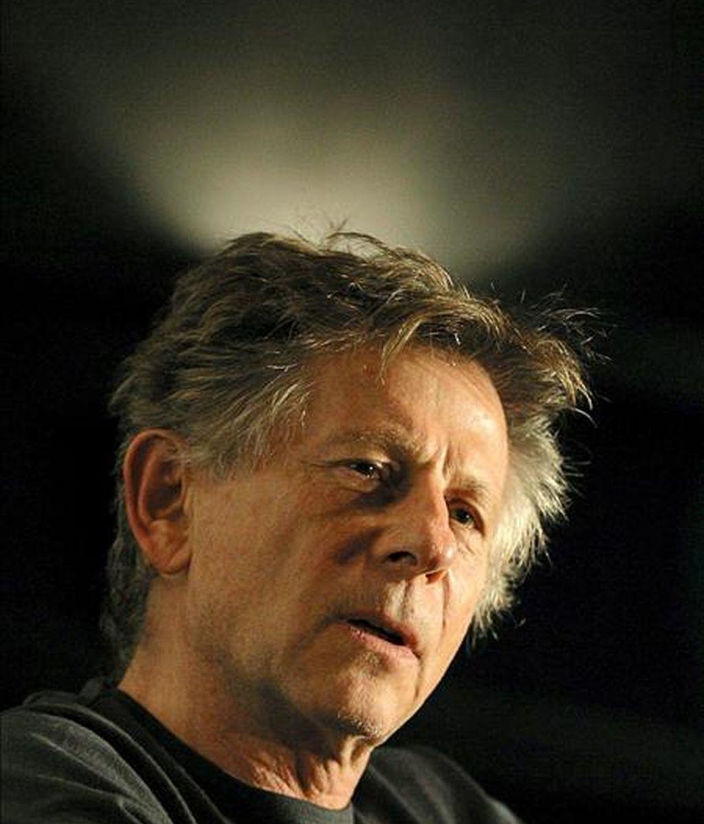 """Fotografía de archivo tomada el 22 de marzo de 2004 que muestra al cineasta franco-polaco Roman Polanski durante una rueda de prensa en Sao Paulo, Brasil. Polanski, acusado en Estados Unidos de haber mantenido relaciones sexuales con una menor hace 33 años, ha quedado """"libre"""" tras rechazar Suiza extraditarle a ese país. EFE"""
