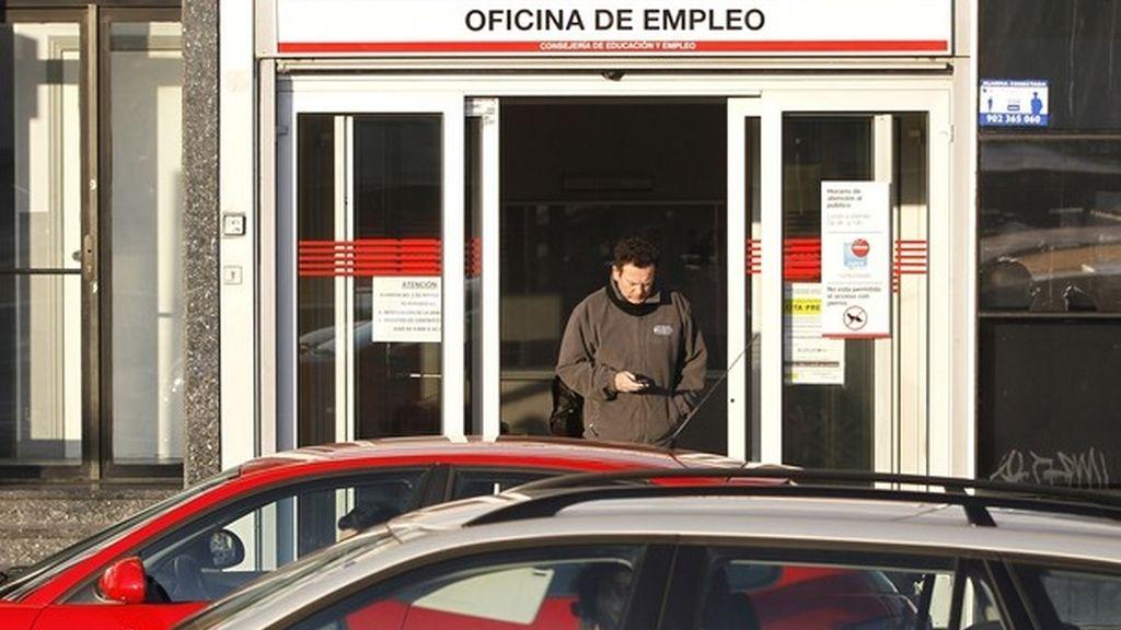 Una persona sale de una oficina del paro en Madrid