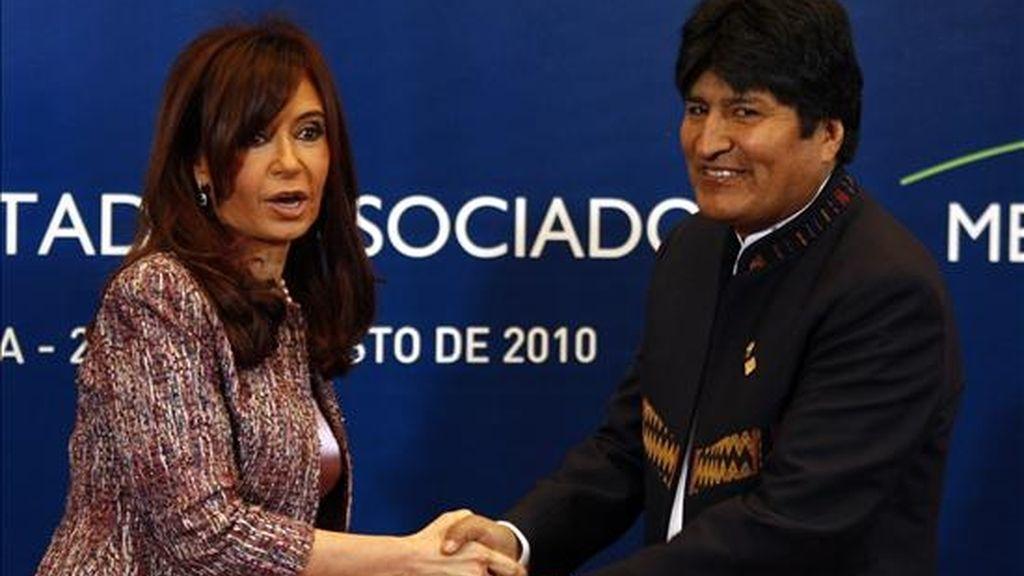 La presidenta de Argentina, Crisitna Fernández, recibe al presidente boliviano, Evo Morales, para participar de la reunión plenaria de la XXXIX Reunión del Consejo del Mercado Común y Cumbre de Jefas y Jefes de Estado del MERCOSUR y Estados Asociados. EFE