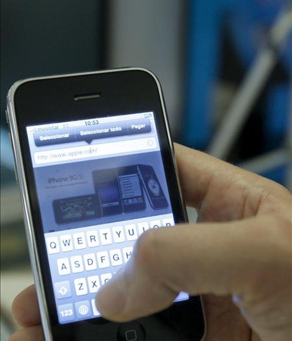 El iPhone 3GS, la última versión del móvil de Apple, que ha salido hoy a la venta en ocho países del mundo, entre ellos España. Este iPhone 3GS es más rápido que sus predecesores e incorpora novedades como cámara de vídeo y la ansiada función de cortar y pegar. EFE