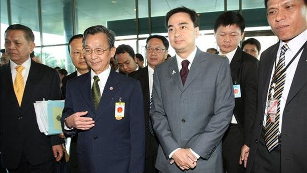 El primer ministro tailandés, Abhisit Vejjajiva (2d) y el ex primer ministro tailandés Chuan Leekpai (2i) asisten hoy, a la Corte Constitucional, en Bangkok, Tailandia, acompañados por miembros del Partido Demócrata Tailandés a espera de oir el veredicto sobre una posible disolución de su partido por vulnerar la ley de financiación de formaciones políticas. EFE