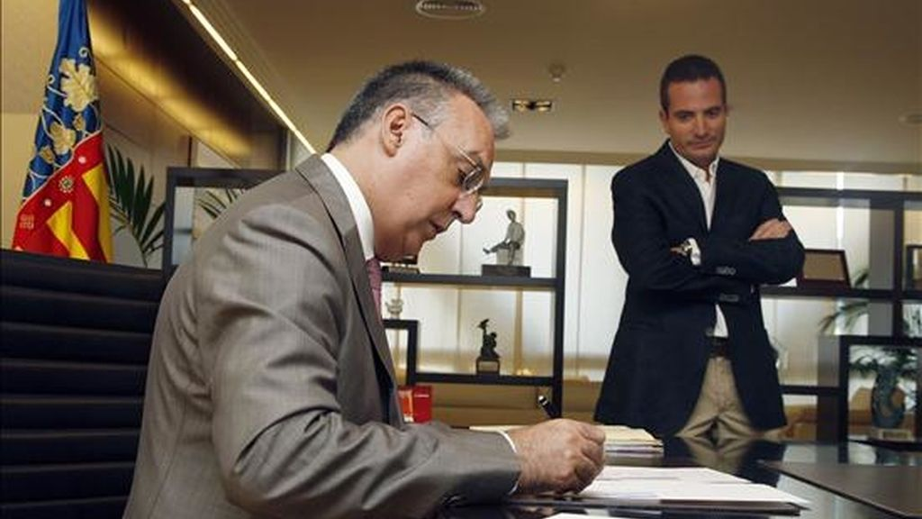 El alcalde de Benidorm, Agustín Navarro, firmando documentos en su despacho de la alcaldía. EFE/Archivo