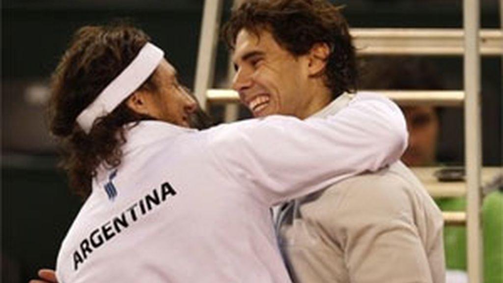 Nadal y Mónaco se saludan durante los entrenamientos en La Cartuja. Foto: AP