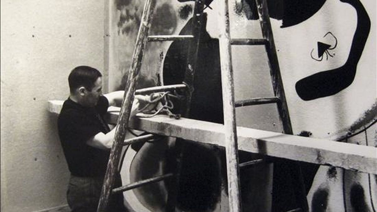 """Fotografía de Joan Miró, en la que el artista pinta el mural le Facheur, en París (1937), que forma parte de la exposición """"Miró. Los colores de la poesía"""", que presenta un centenar de obras de arte, entre trabajos en papel, cerámica, cuadros y esculturas, reunidas a partir de los fondos de diversos museos,  internacionales, como de colecciones privadas, y que ha sido inaugurada en el Museo Frieder-Burda de Baden-Baden (Alemani). EFE/Museo Frieder-Burda"""