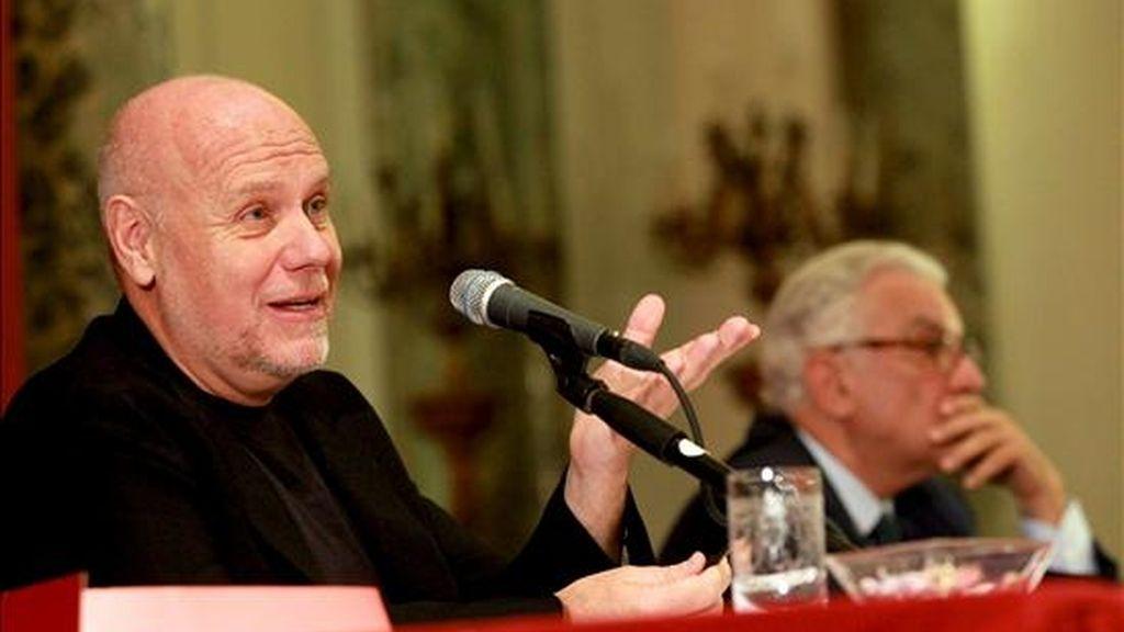 El director del Festival de Cine de Venecia, Marco Müller, (i), comparece ante los medios durante una rueda de prensa en la que se ha presentado la 67º edición de esta cita con el cine, en Roma, (Italia). El 67º Festival de Cine de Venecia se celebrará del 1 al 11 de agosto de septiembre. EFE