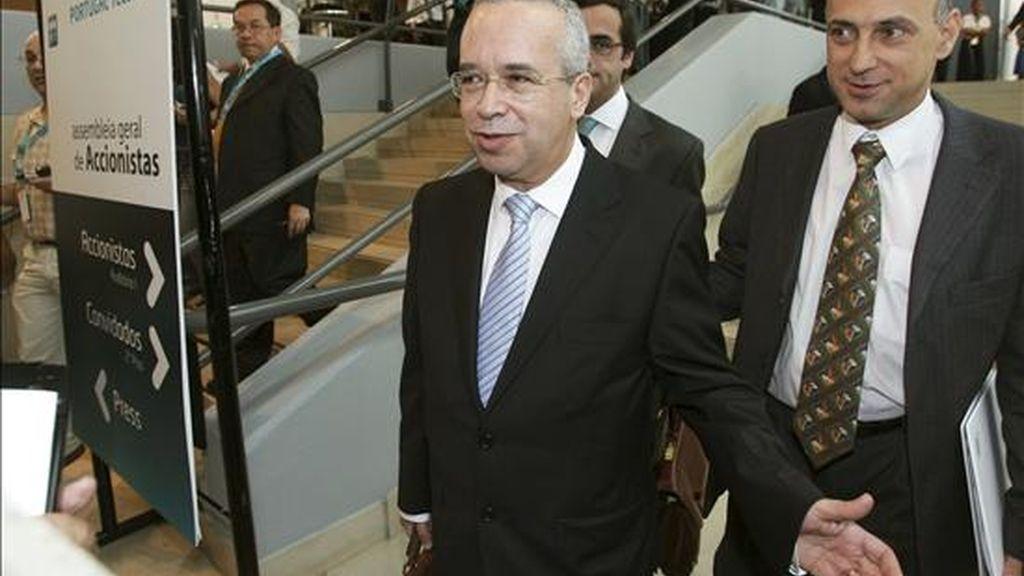 El presidente de la mesa de la Asamblea de Portugal Telecom, Menezes Cordeiro, a la salida de UNA Asamblea de Accionistas en Lisboa. EFE/Archivo