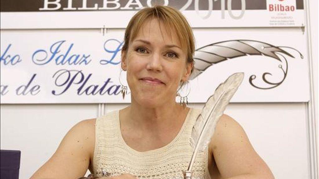 """La escritora sueca de novela negra Asa Larsson, con la Pluma de Plata de la Feria del Libro de Bilbao, que recibió el pasado 7 de junio en reconocimiento a que su novela """"La aurora boreal"""" fue la más vendida en la edición de 2009. EFE/Archivo"""