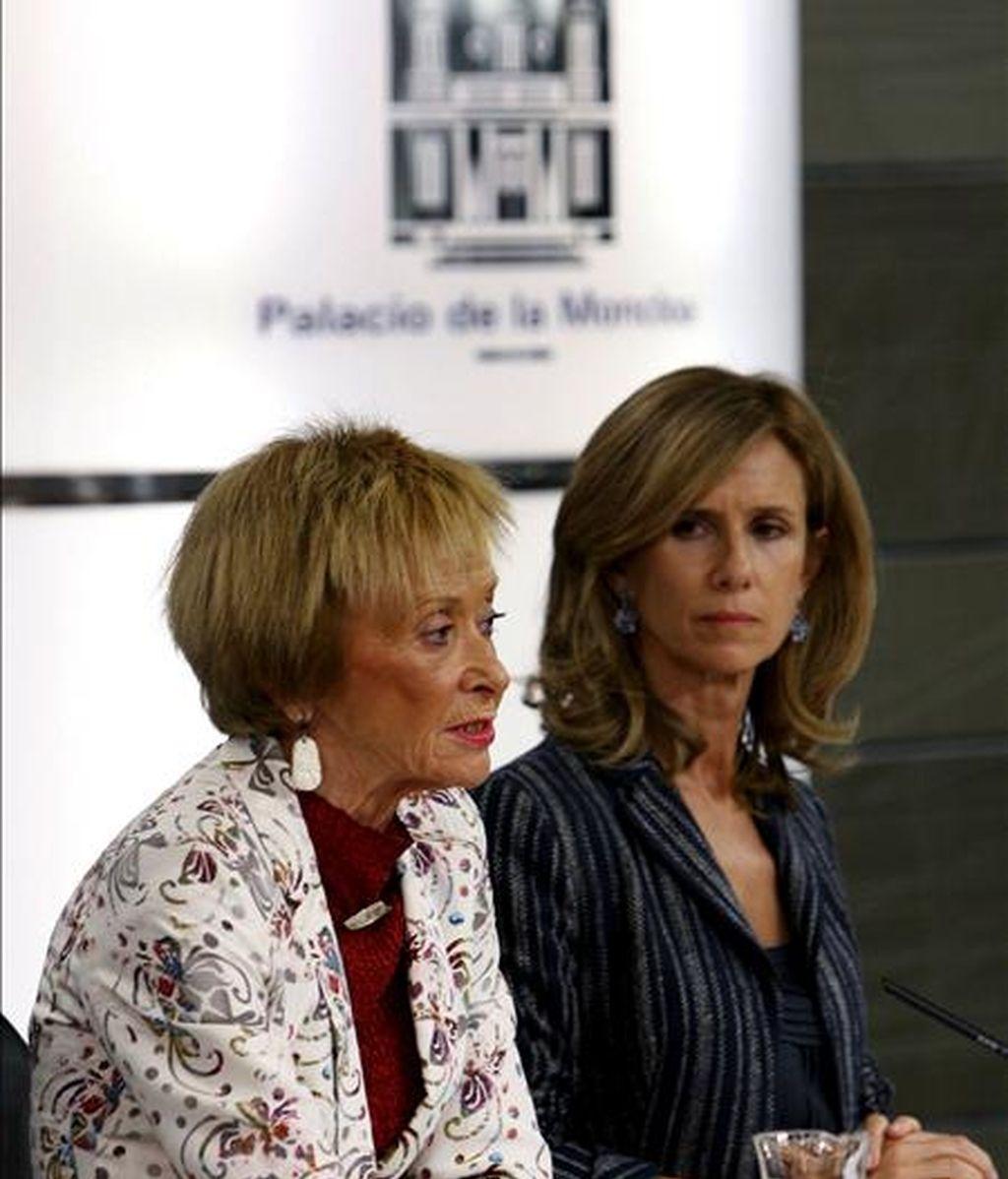 La vicepresidenta del gobierno, María Teresa Fernández de la Vega, y la ministra de Ciencia e Innovación, Cristina Garmendia (d), durante la rueda de prensa que ofrecieron hoy, tras el Consejo de Ministros. EFE