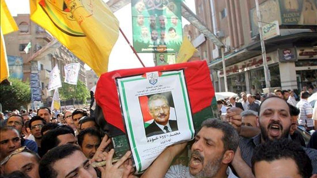Funeral de Mohamed Udeh, conocido como Abu Daud, en el cementerio de los Mártires del campamento de refugiados de Yarmouk, en Damasco, este sábado. EFE