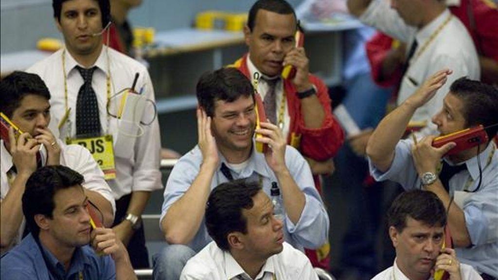 Después de un empujón del 2,57% en la sesión del miércoles, el Ibovespa, principal indicador del mercado bursátil brasileño, se anotó hoy otras 1.760 unidades y subió hasta los 43.736 enteros. En la foto corredores durante la jornada de hoy. EFE