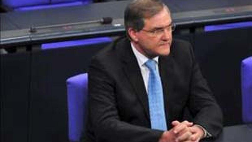 El ministro de trabajo alemán Franz Josef Jung escucha un debate en el Bundestag de Berlín.