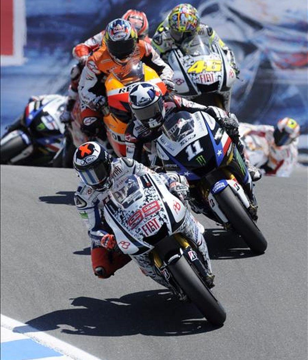 Jorge Lorenzo (frente), y Ben Spies (d), compiten este 25 de julio en el Gran Premio de Estados Unidos de MotoGP que se disputó en el circuito de Laguna Seca, en Monterey, California (EE.UU.). EFE