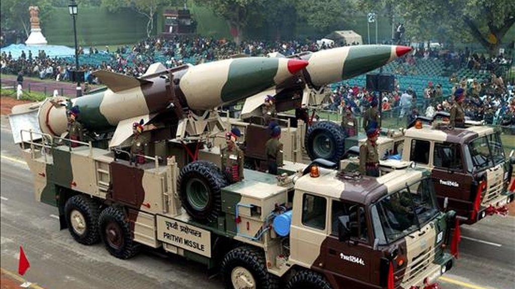 En la imagen, un vehículo militar del Ejército de la India que porta un misil Prithvi durante una ensayo para la celebración del Día del a República, en Nueva Delhi (India). EFE/Archivo