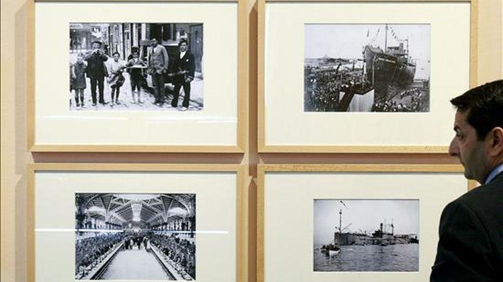 """Un hombre observa varias fotografías que se muestra en la exposición """"València: 1900-1936. Coleccions ABC"""" que se ha inaugurado hoy en el MuVIM. EFE"""