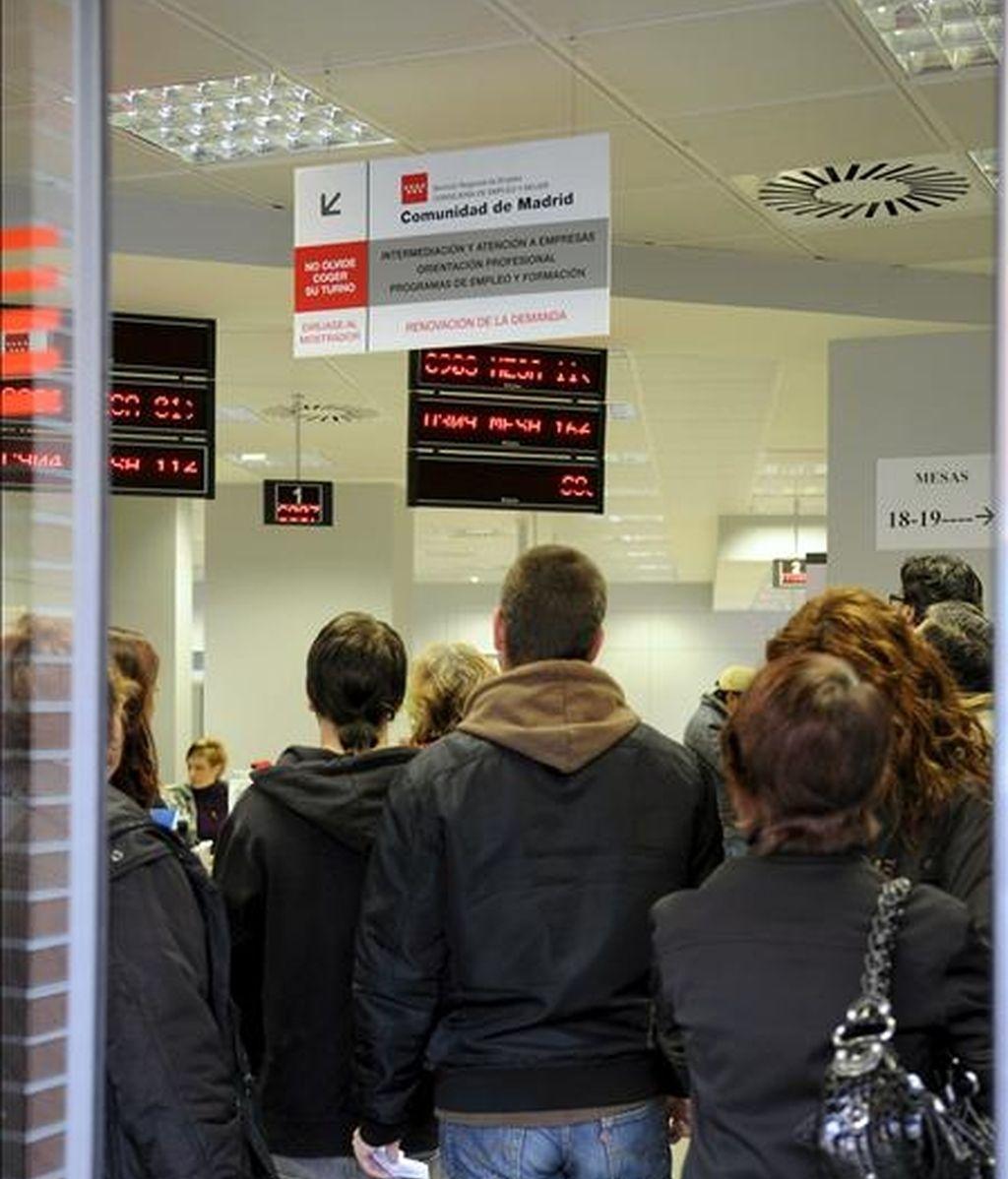 Varias personas hacen cola en la Oficina de Empleo de la Avenida de Guadalajara de Alcalá de Henares (Madrid). EFE/Archivo