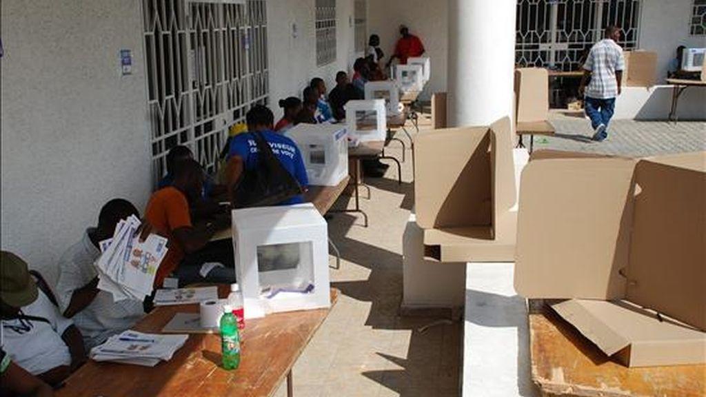 Imagen de este domingo de un puesto de votación casi vacío en las elecciones senatoriales de haití.