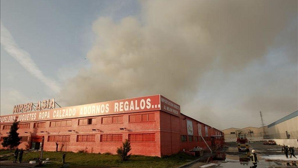 Fachada exterior del hipermercado chino en Valdemoro donde se declaró el incendio. EFE/Emilio Naranjo