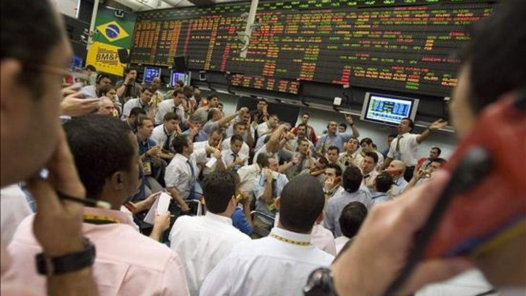 Encabezando los descensos, la plaza de Sao Paulo registró una pérdida del 0,81% en su índice Ibovespa, que cerró en 62.960 puntos, tras reportar negociaciones por 4.266 millones de reales (unos 2.416 millones de dólares). EFE/Archivo