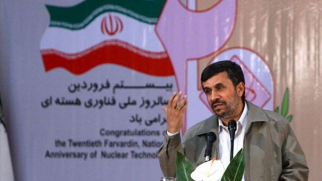 El presidente iraní, Mahmud Ahmadineyad, pronuncia un discurso con motivo de la celebración del Día Nacional de Tecnología Nuclear en la Organización Atómica el pasado 9 de abril en Teherán (Irán). EFE/President Official Website