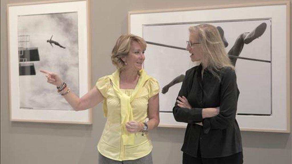 La presidenta de la Comunidad de Madrid, Esperanza Aguirre (i), junto a Annie Leibovitz, considerada como la fotógrafa viva más importante, durante la presentación de la exposición que le dedica PhotoEspaña. EFE/Archivo