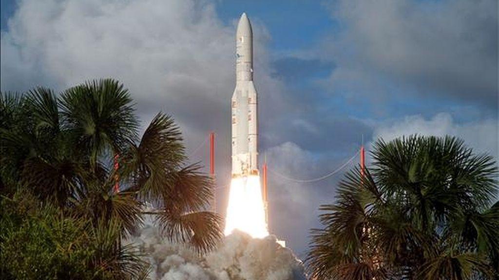 Fotografía cedida en la que se observa el cohete Ariane-5 al despegar de la plataforma de la Agencia Espacial Europea en Kourou (Guayana Francesa). El Ariane-5 pondrá en órbita dos satélites de comunicaciones para África y Medio Oriente. EFE