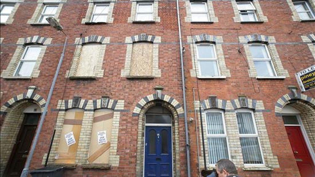Vista de una de las viviendas ocupadas por ciudadanos rumanos que fueron atacadas la madrugada del martes, 17 de junio, en el área de Lisburn, al sur de Belfast, Irlanda del norte. EFE/Archivo