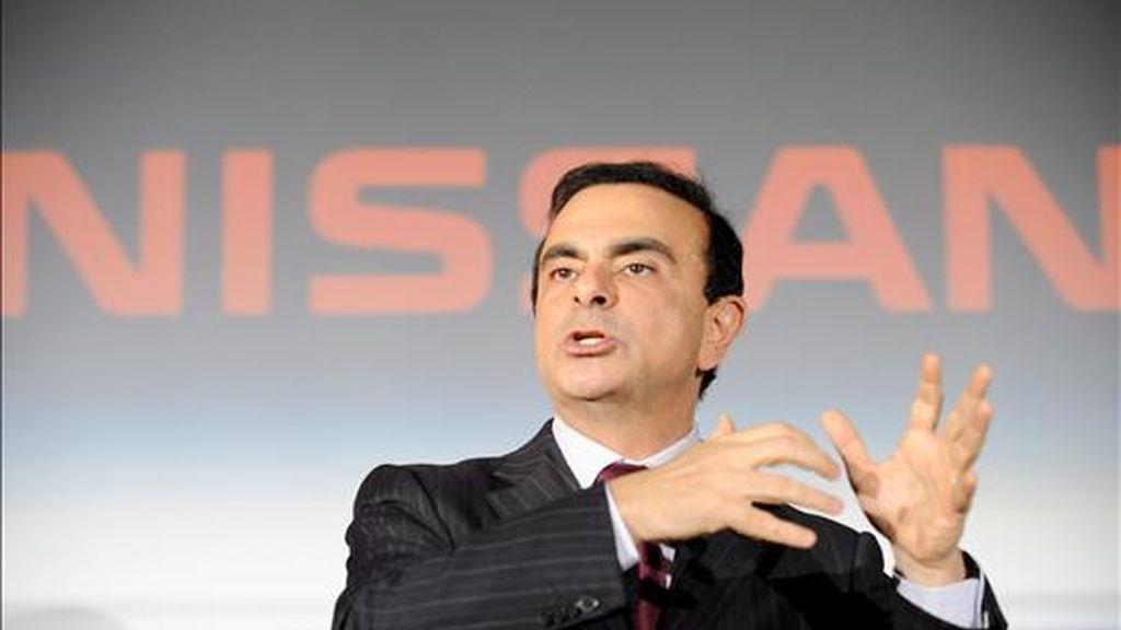 El director general de Nissan, Carlos Ghosn, da una conferencia de prensa hoy para presentar los resultados financieros en la sede de la compañía en Tokio. Ghosn anunció que el fabricante japonés registrará pérdidas por primera vez en nueve años debido al descenso mundial de la demanda de coches y al alto valor del yen. EFE