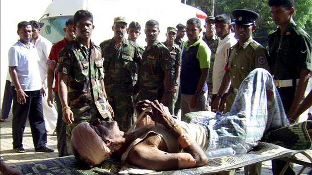 Un herido es trasladado a un hospital de Anuradhapura, a 22 kms al norte de Colombo, hoy lunes 9 de febrero, tras el atentado suicida perpetrado por una miembro del movimiento Tigres para la Liberación de la Patria Tamil (LTTE) junto a un Centro de Personas Desplazas (IDP) en Mullaittivu, a 342 kms al norte de la capital ceilandesa. EFE