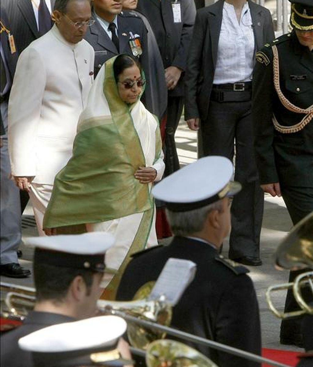 La presidenta de la India, Pratibha Patil, que comenzó hoy la agenda de actos de su visita oficial a España, acompañada de su esposo, Devi Singh Shekhawat, durante su participación en un homenaje a los que dieron la vida por la patria, en la Plaza de la Lealtad. EFE